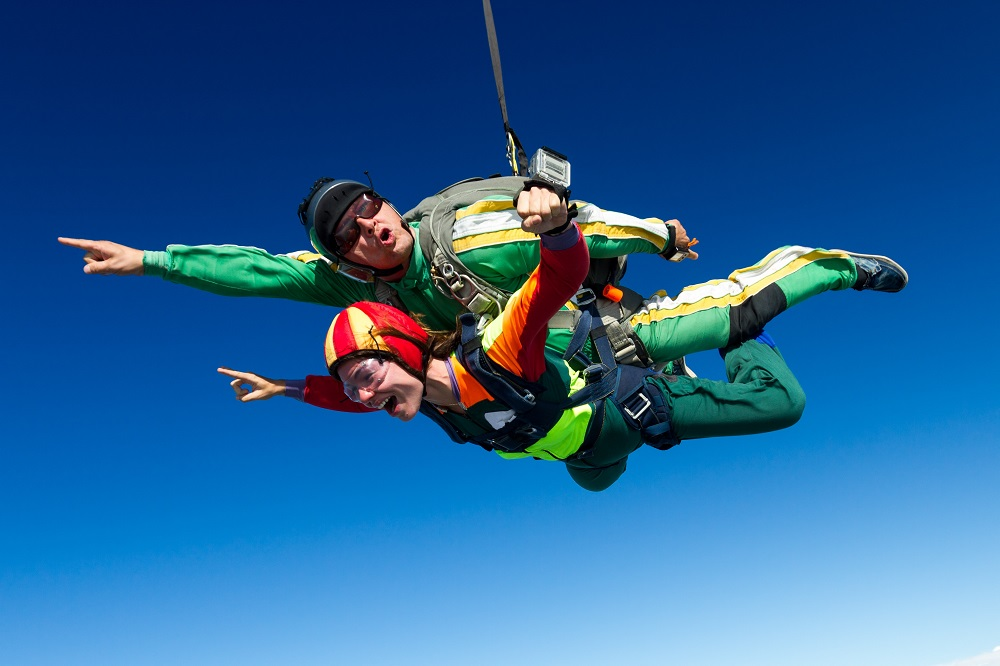Couple_Skydiving