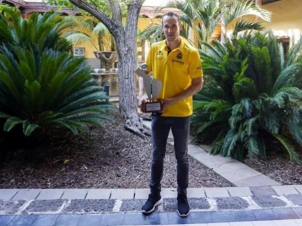 .:: marcelinho_huertas_recebe_o_trofeu_de_melhor_jogador_latino_americano_da_liga_acb_48515_1_pt_074428.jpg ::.
