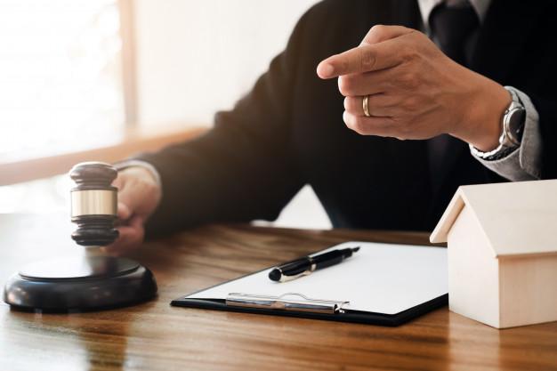 concepto-de-bienes-raices-juez-mazo-abogado-en-subasta-con-el-modelo-de-la-casa_1936-658.jpg
