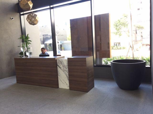 6 de 9: Lobby de lujo con recepcion.