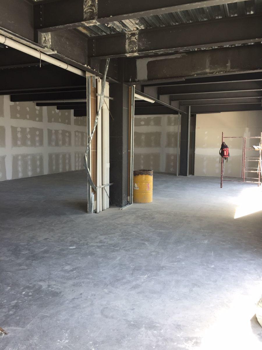 1 de 9: Pisos en cemento pulido y techo con plafon visto.
