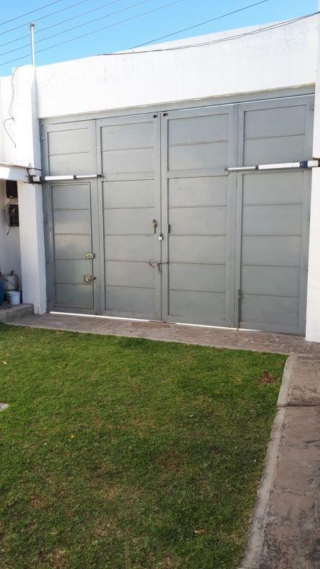 8 de 22: portón con pistones hidraúlicos