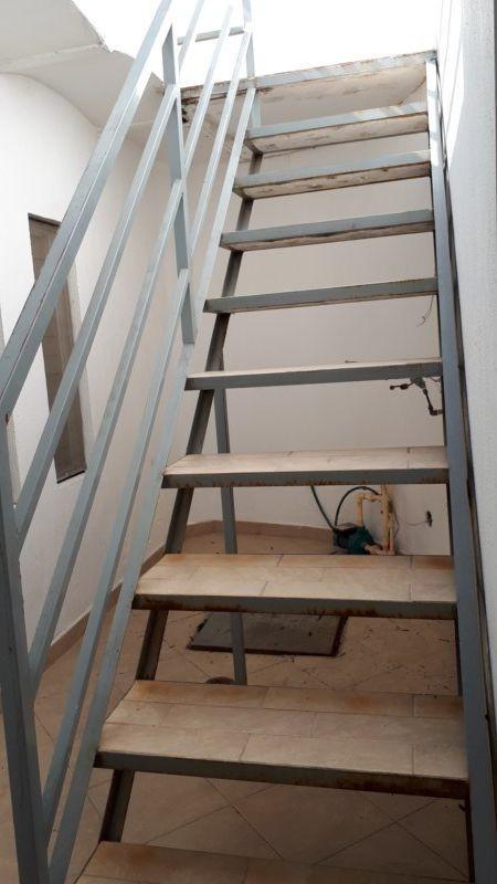 18 de 22: escaleras de acceso a planta alta