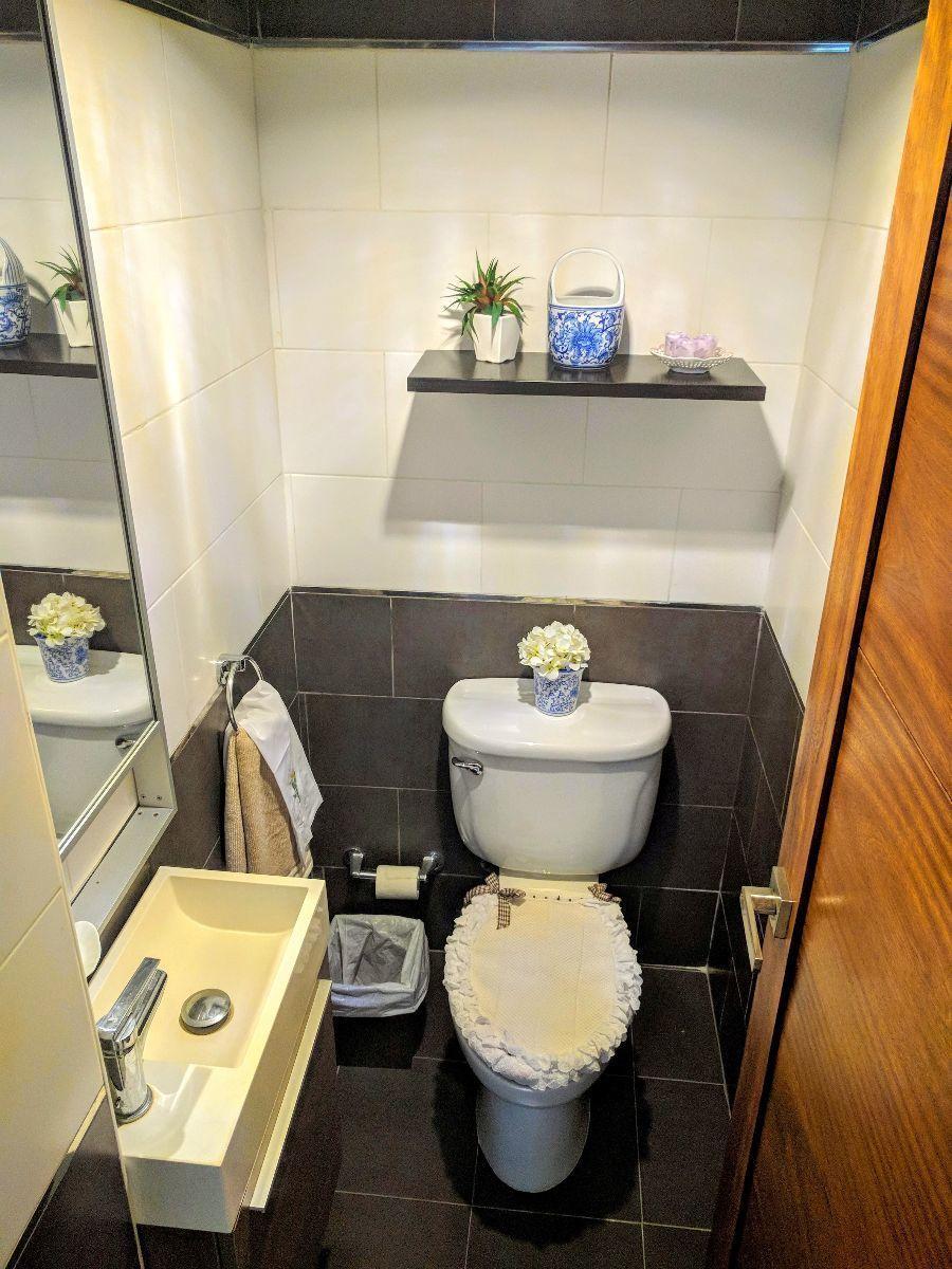 8 de 24: Baño para las visitas en el pasillo