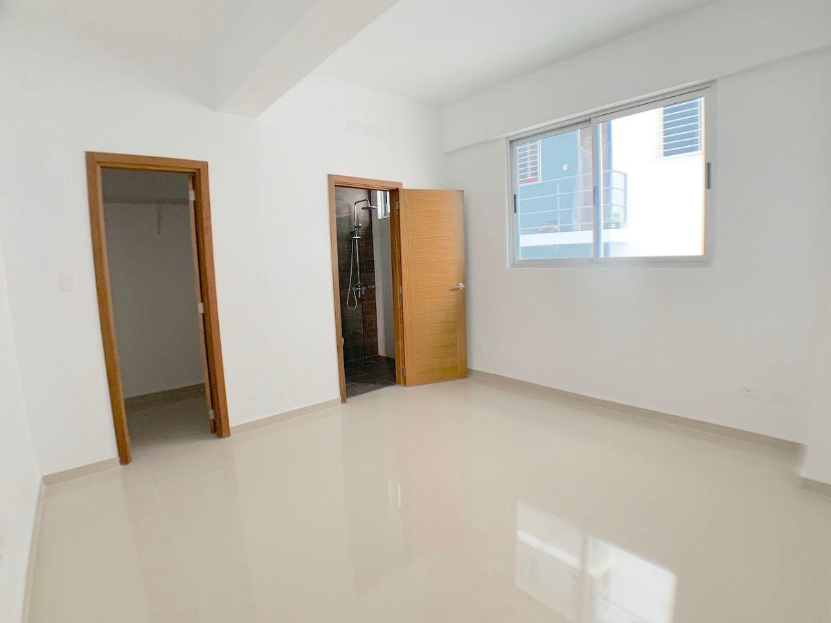 7 de 17: Habitación principal con Walk-in closet y baño