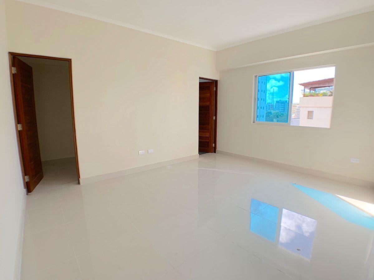 8 de 12: Habitación principal con walk-in closet y baño