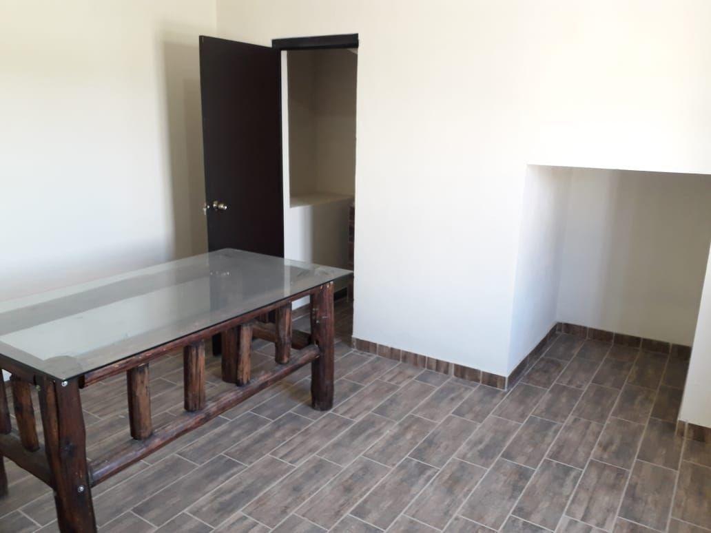 7 de 13: Cubículo principal con medio baño