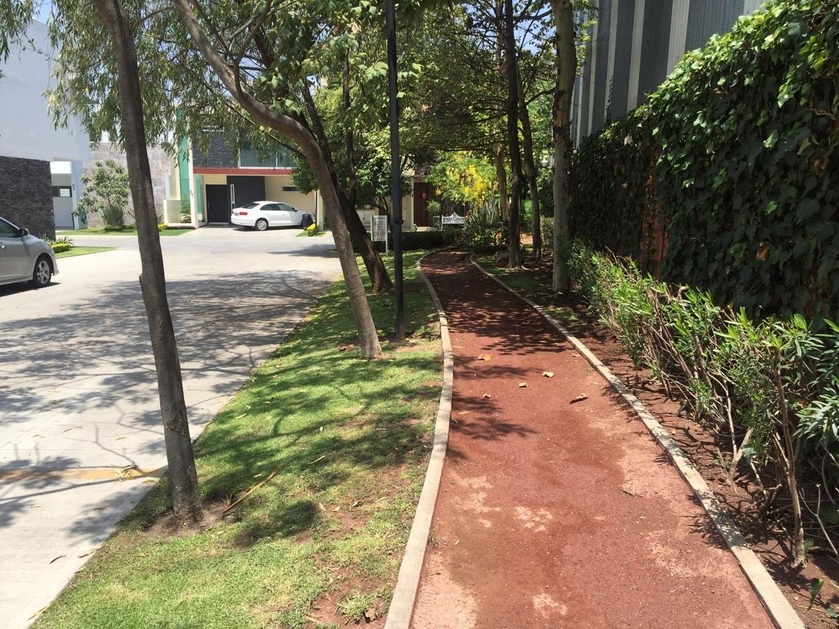 38 de 44: Jardínes y pista para jogging