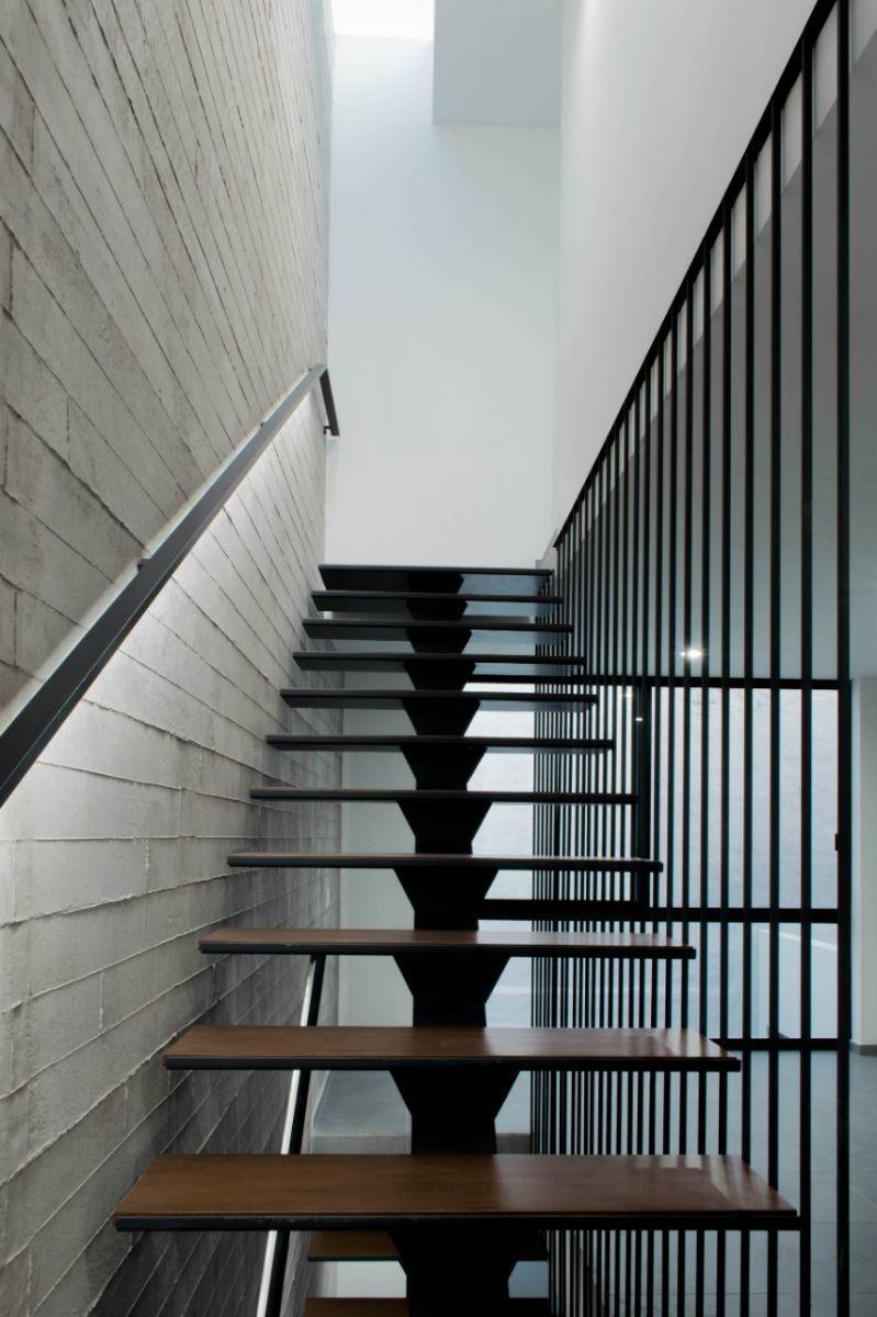 5 de 44: Escaleras forrada de madera, alma de acero.