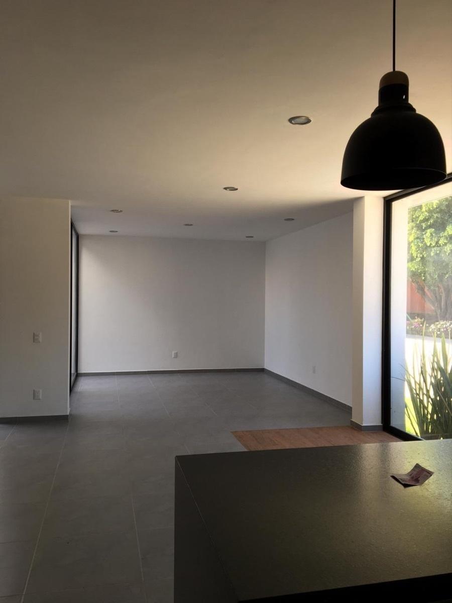 16 de 44: Espacio amplio de sala y comedor visto desde cocina