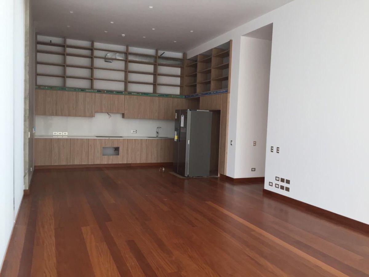 4 de 8: Sala Comedor con cocina integrada al fondo.