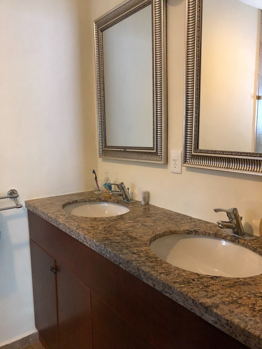9 de 13: baño con dos lavabos