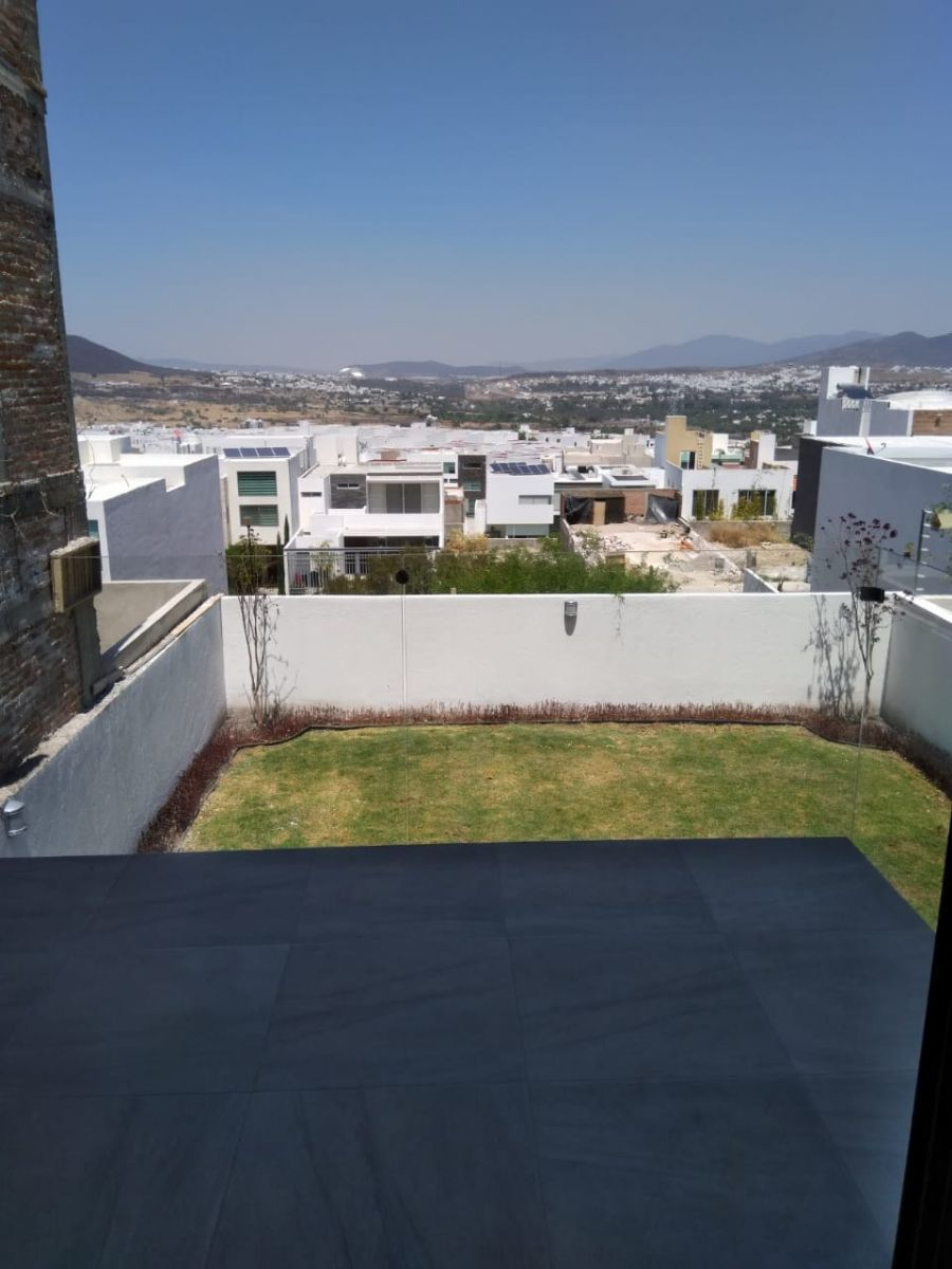 2 de 18: Terraza y jardín