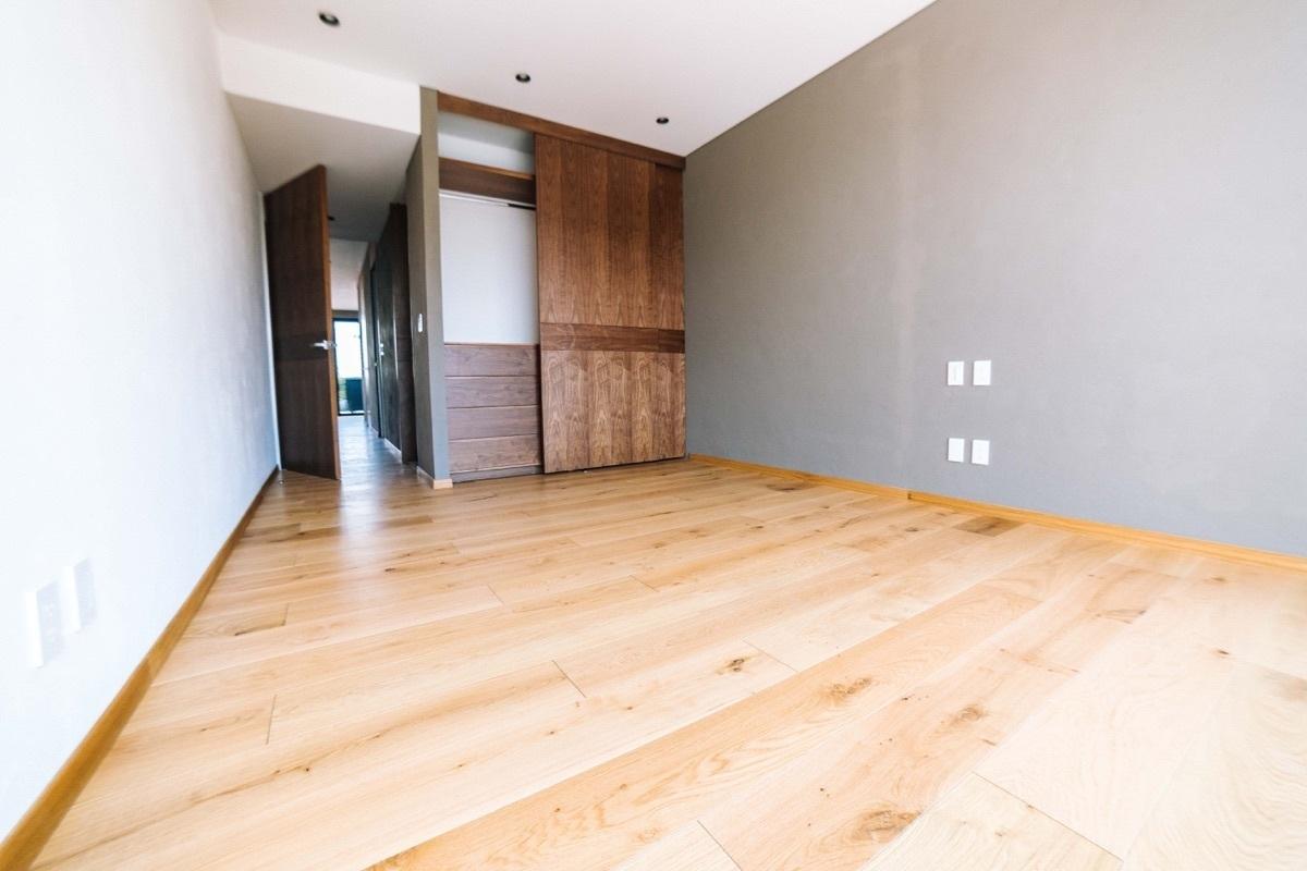 5 de 10: Los cuartos son amplios y con piso de madera de ingeniería