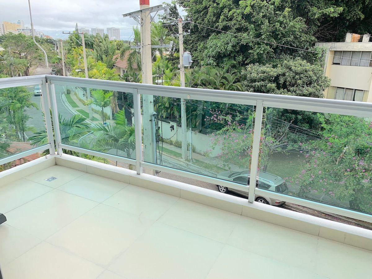 3 de 16: Balcón con vista a la calle