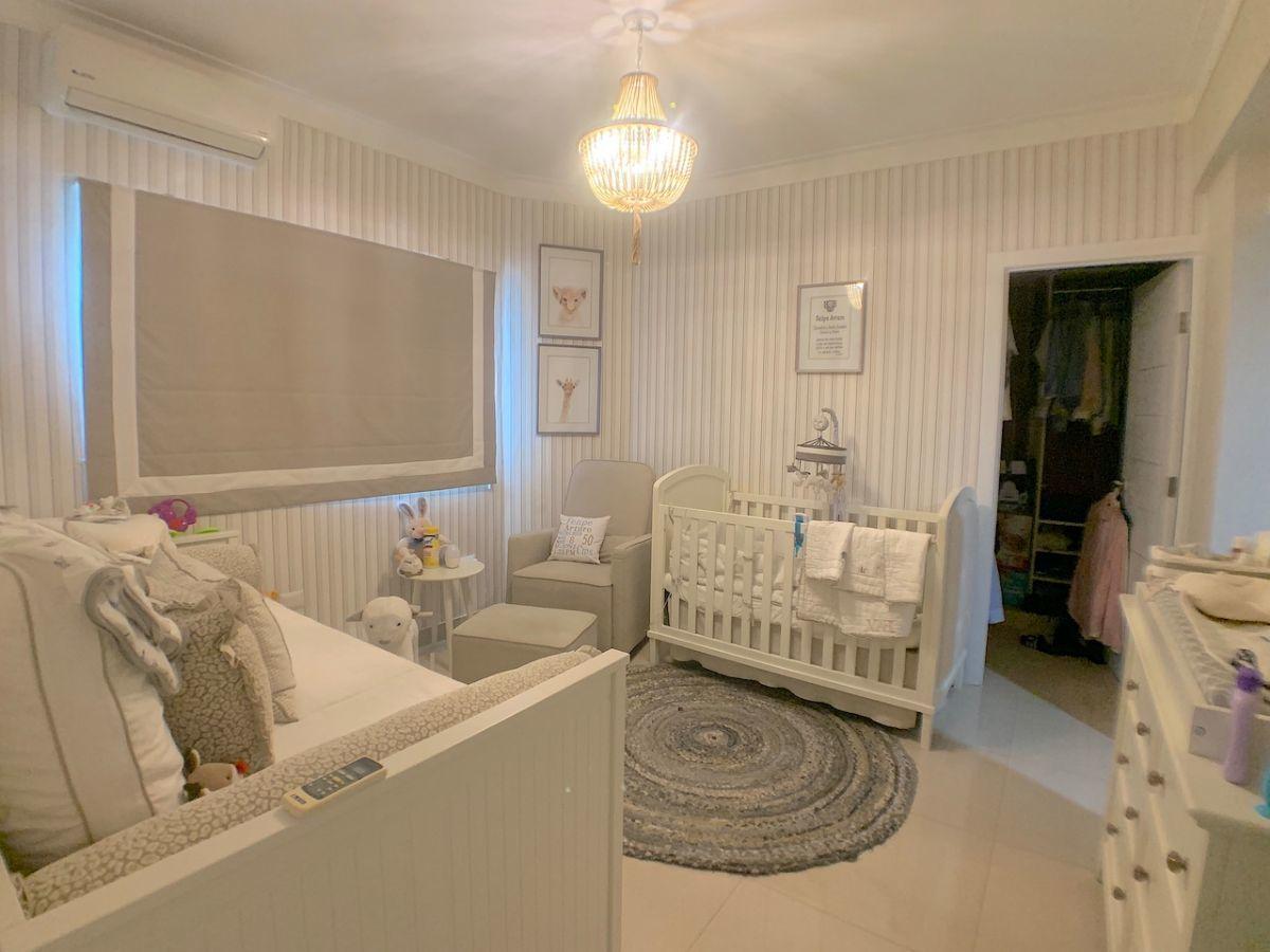 13 de 16: Habitación secundaria con walk-in closet y baño