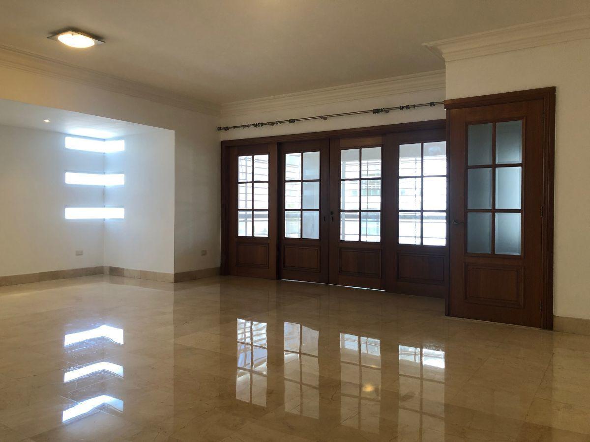 3 de 24: Sala vista desde la entrada principal