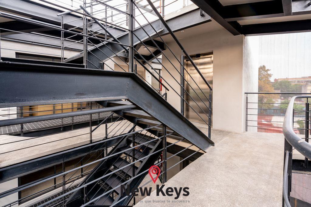 5 de 30: Escaleras y Elevador Edificio.