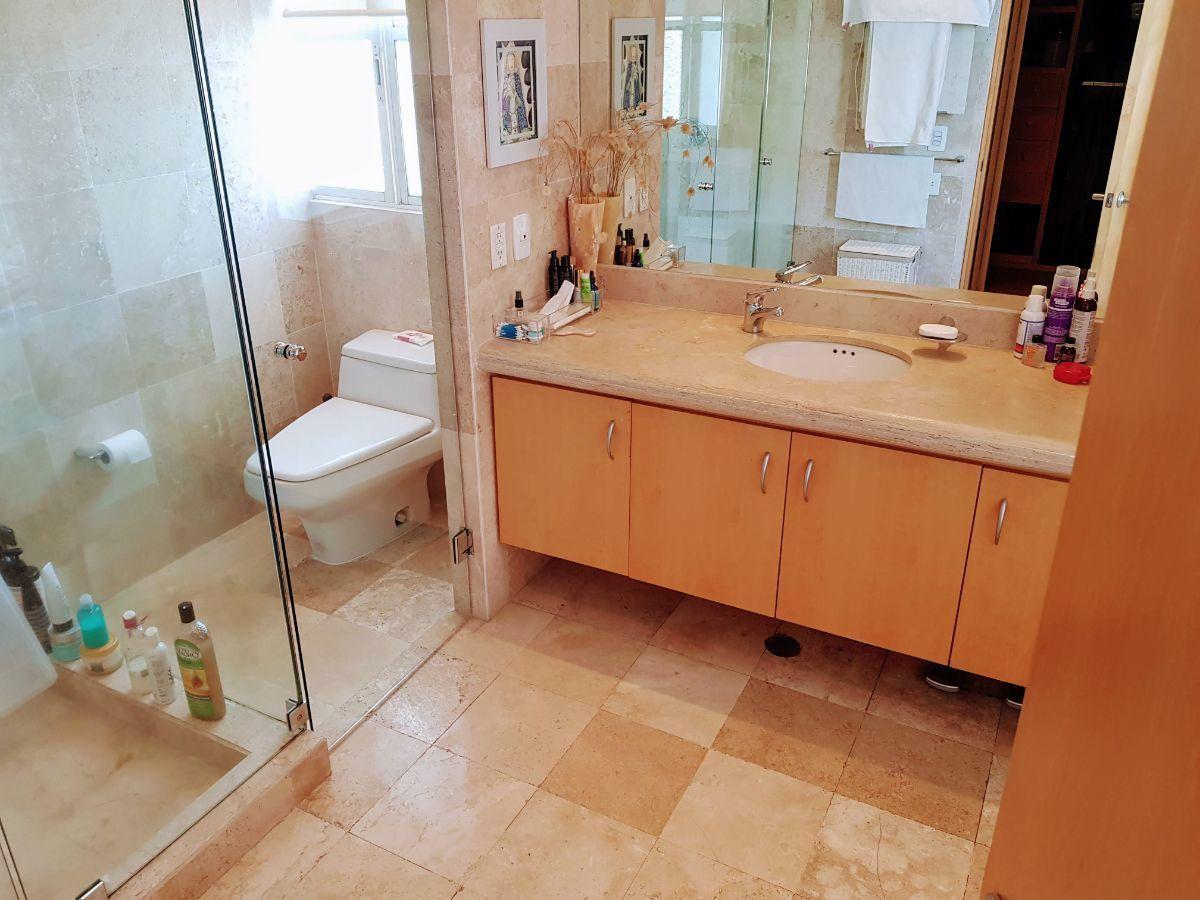 24 de 29: Baño principal completo con regadera y tina
