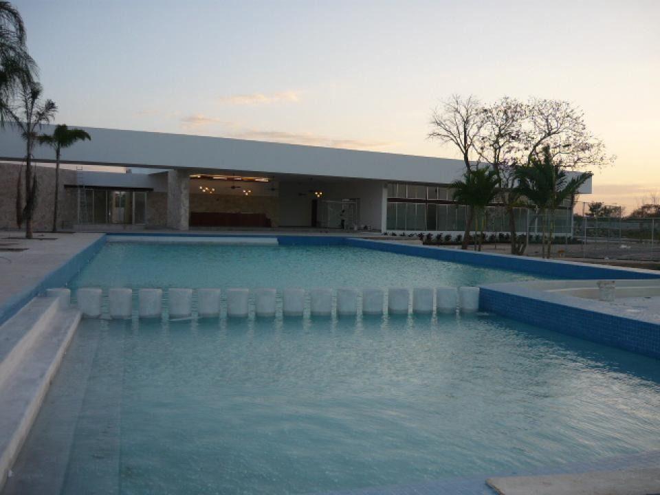 4 de 11: Hermosa Piscina con área de chapoteadero y canal de nado