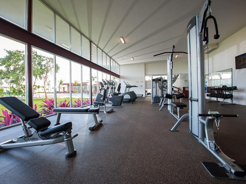 6 de 11: Gimnasio equipado, salón de clases y cancha de squash
