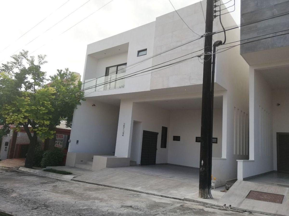 CASA EN VENTA CON ESTILO CONTEMPORÁNEO EN CUMBRES 5TO SECTOR