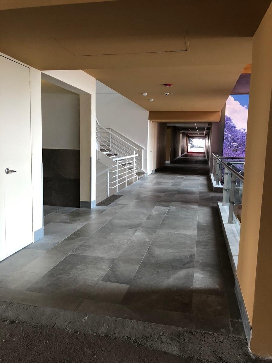3 de 44: Corredor, acceso a baños y escalera interior.