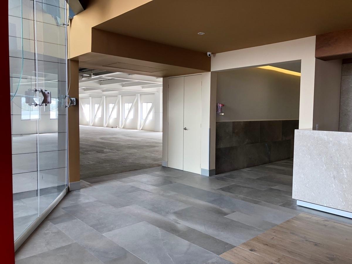 19 de 44: Acceso a los baños y entrada al nivel 3 Norte.