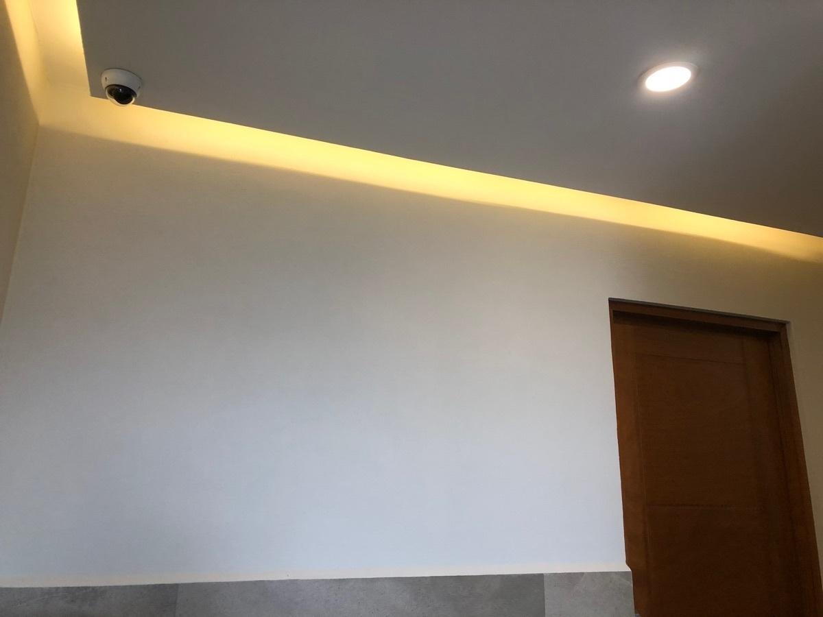 23 de 44: Luz indirecta en los corredores.