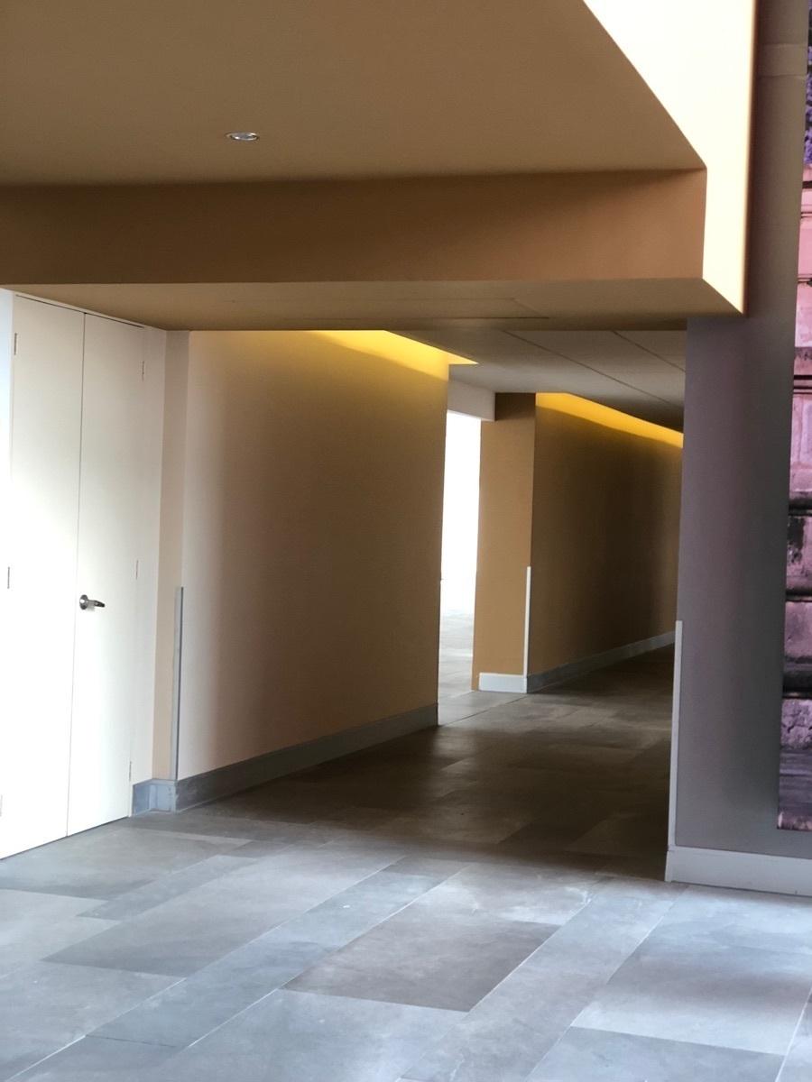 26 de 44: Corredor y acceso a oficina.