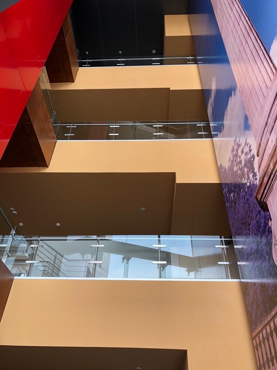 27 de 44: Vista desde el lobby hacia los tres niveles.