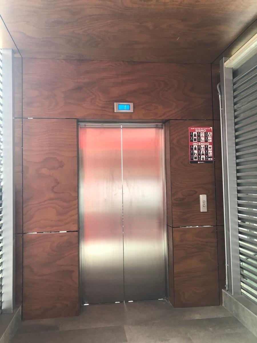 30 de 44: Elevador con acceso a cada nivel.