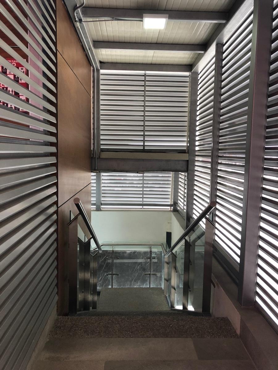 32 de 44: Escaleras exteriores. contiguas al elevador.