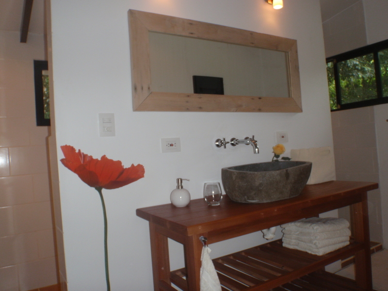 19 de 27: Bath with natural stone sink
