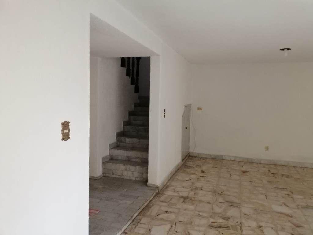 7 de 16: Sala y escaleras