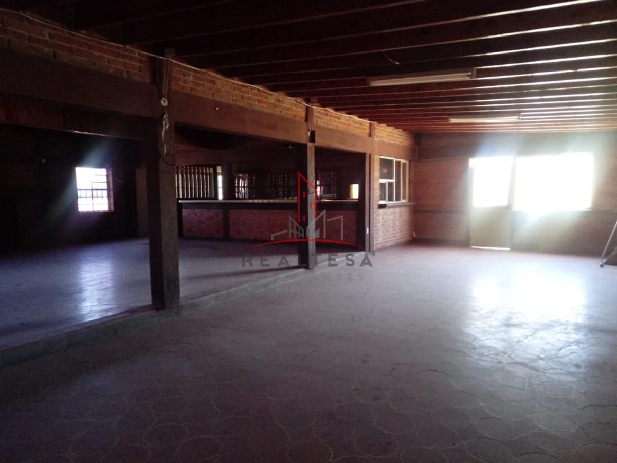 25 de 32: Interior del local tipo restarurante/bar