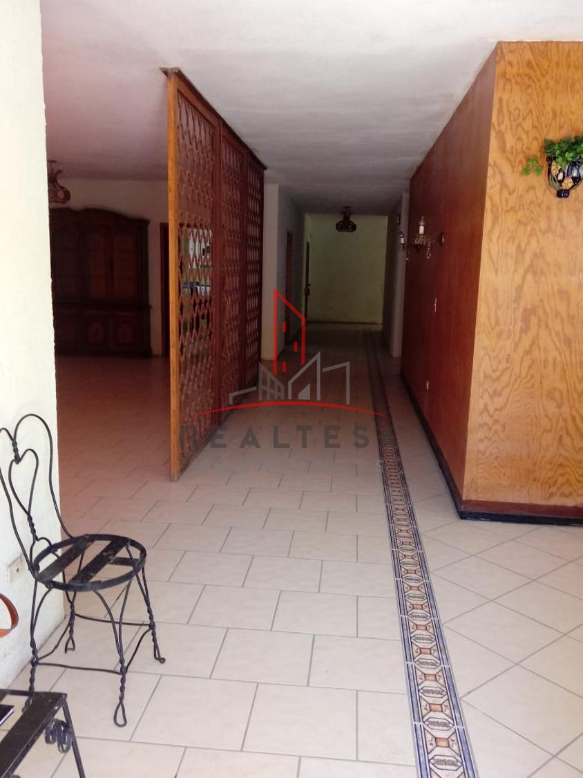 7 de 17: Entrada y pasillo central