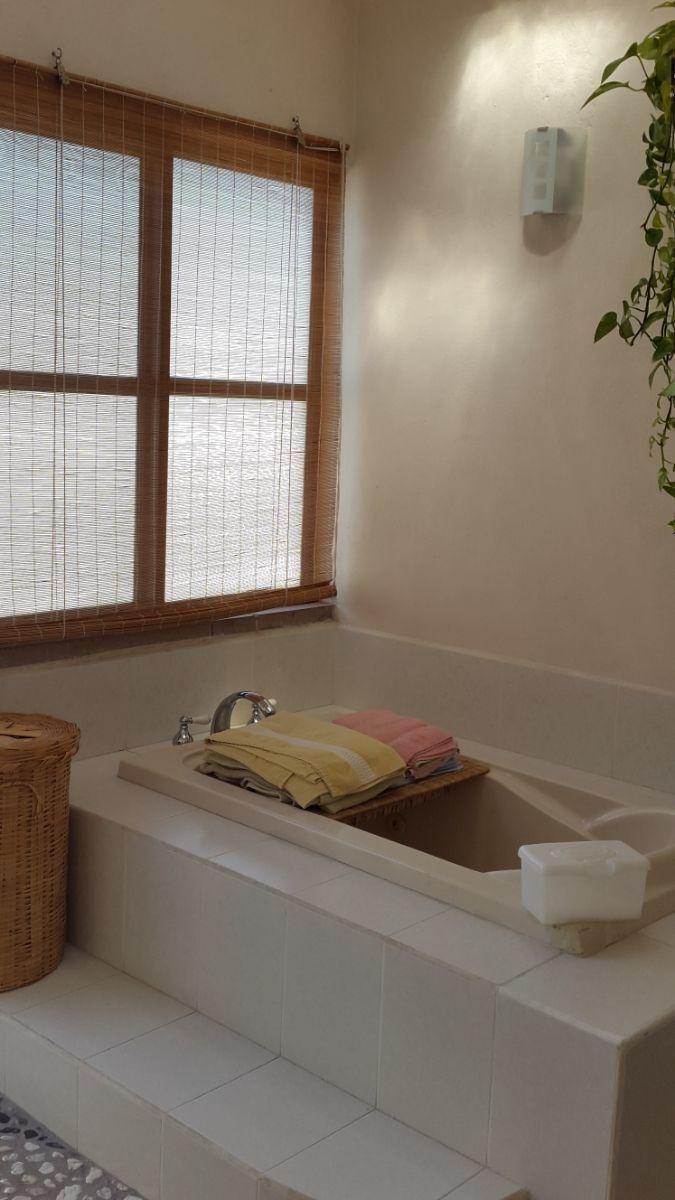 13 of 19: Tina en baño de Recamara 1