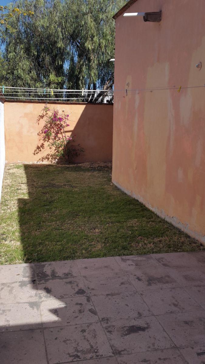 14 of 19: Jardín posterior