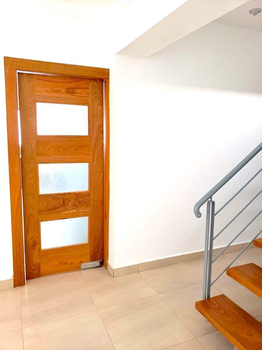 2 de 35: Puerta de entrada a la cocina