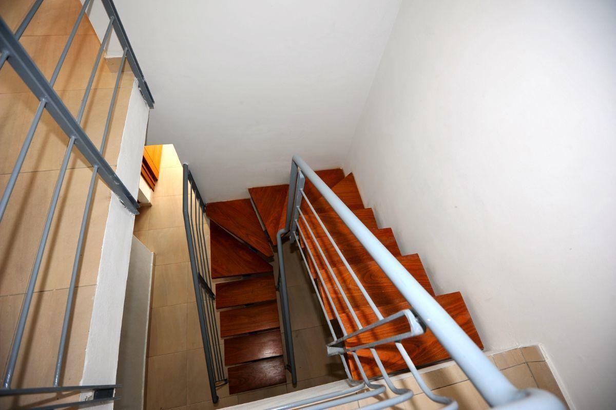 18 de 35: Escaleras de acceso al segundo piso