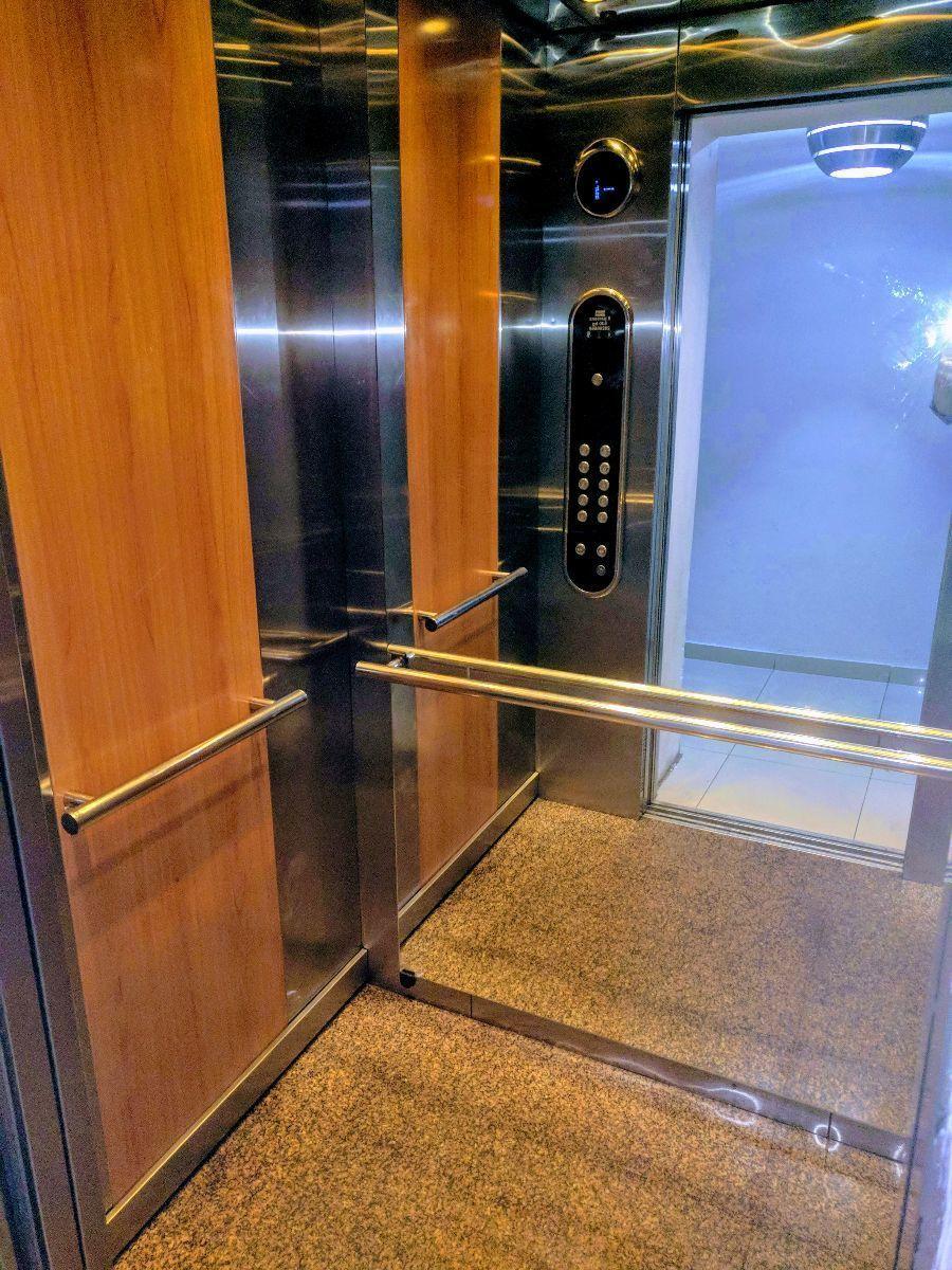 3 de 20: Amplio y moderno ascensor