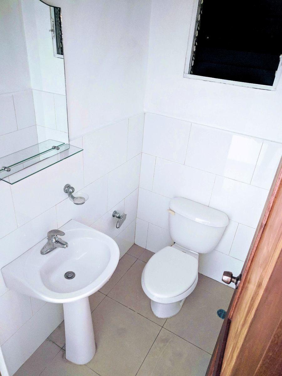 13 de 20: Medio baño para visitas en el pasillo hacia las habitaciones