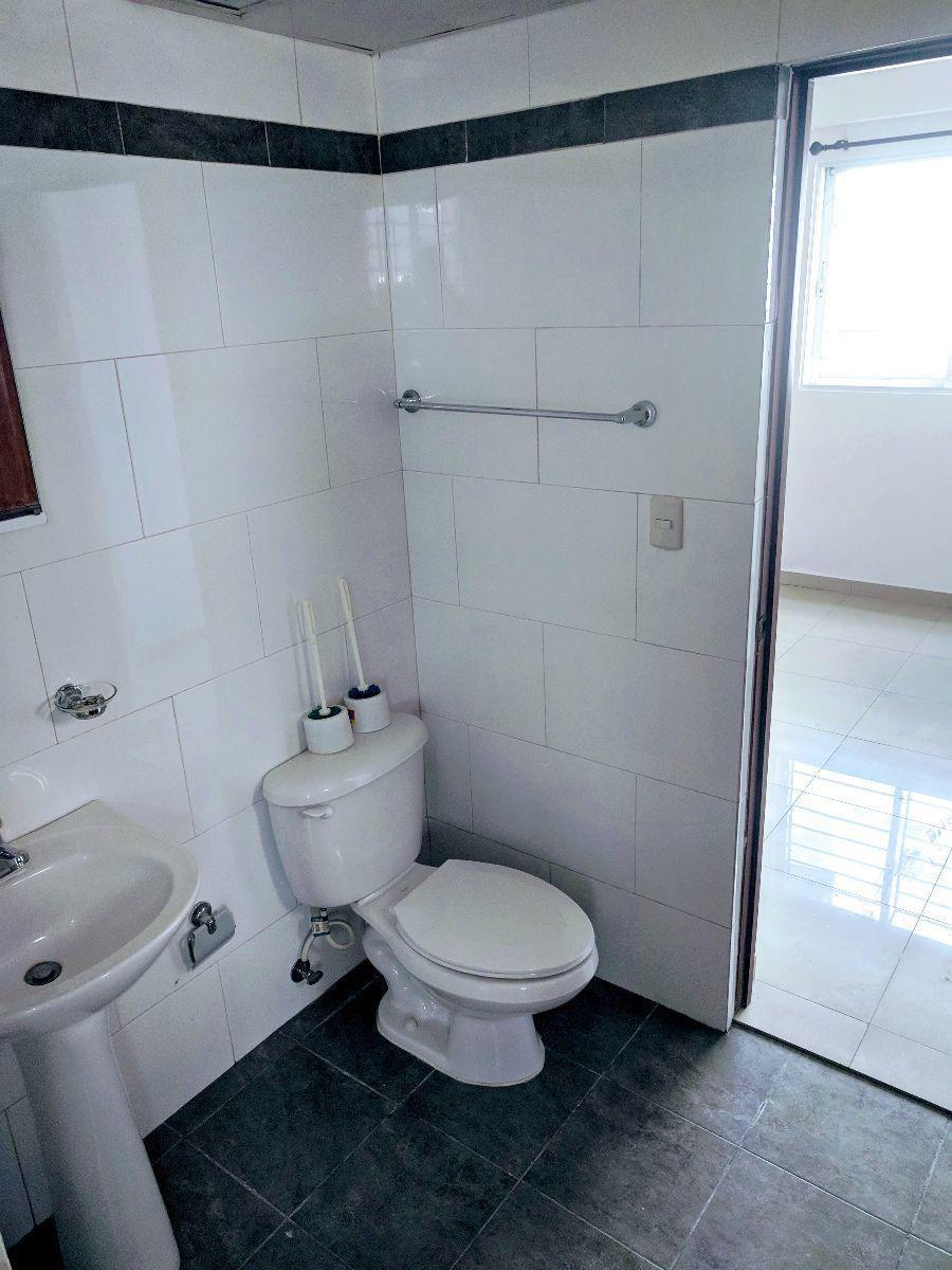 14 de 20: Baño que comparten las dos habitaciones secundarias.