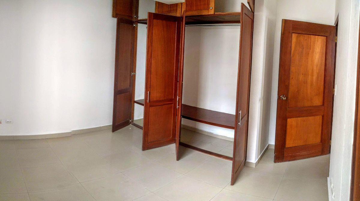 16 de 20: Habitación 3. Closets en madera preciosa.