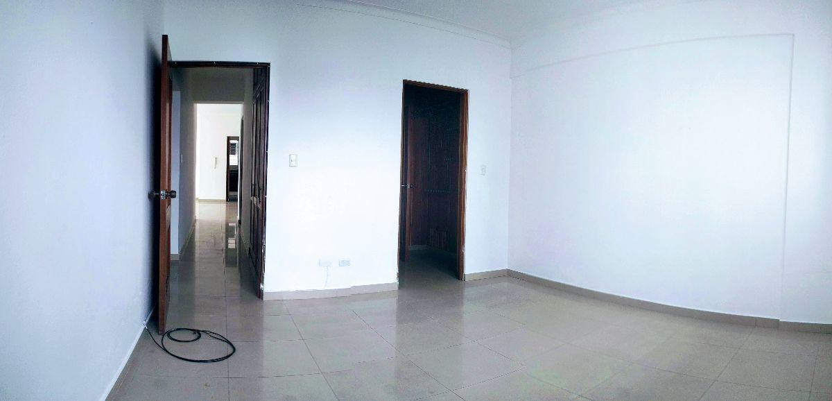 20 de 20: Habitación principal con vesier y baño.