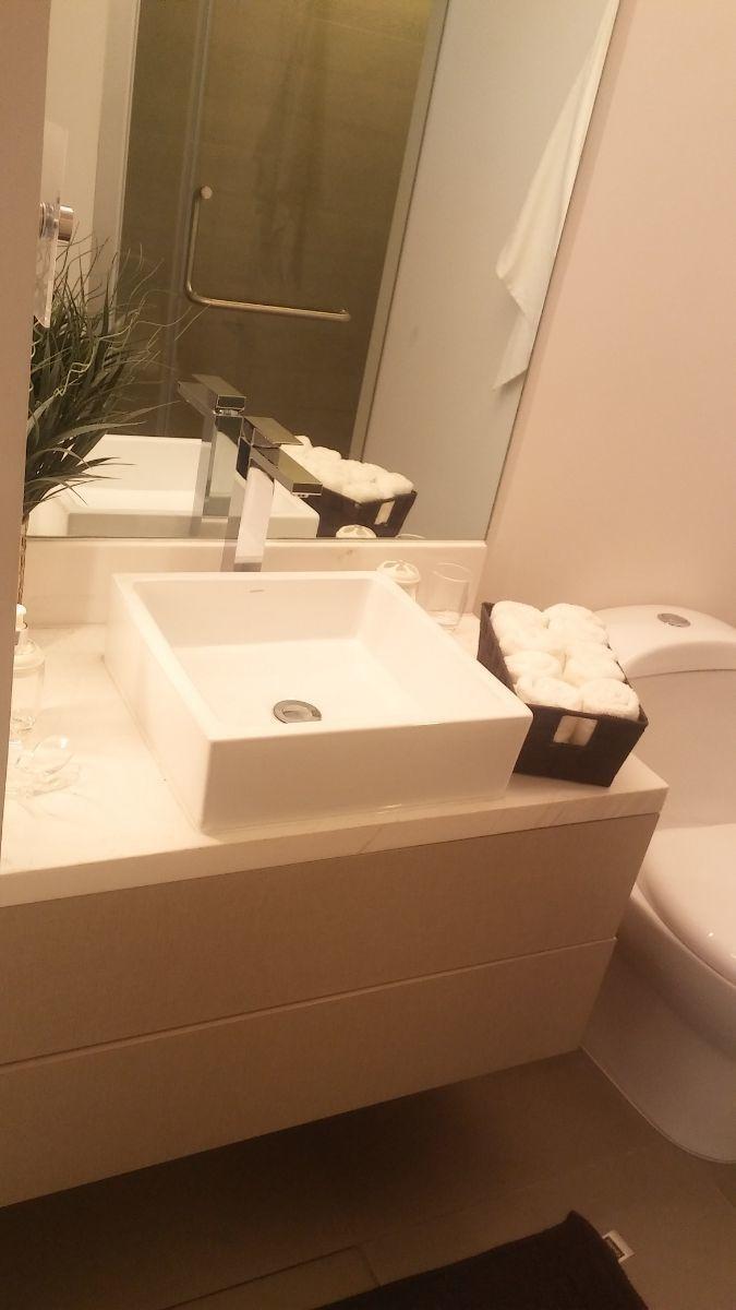 7 de 12: Baños con accesorios de línea italiana, mármol y canceles .