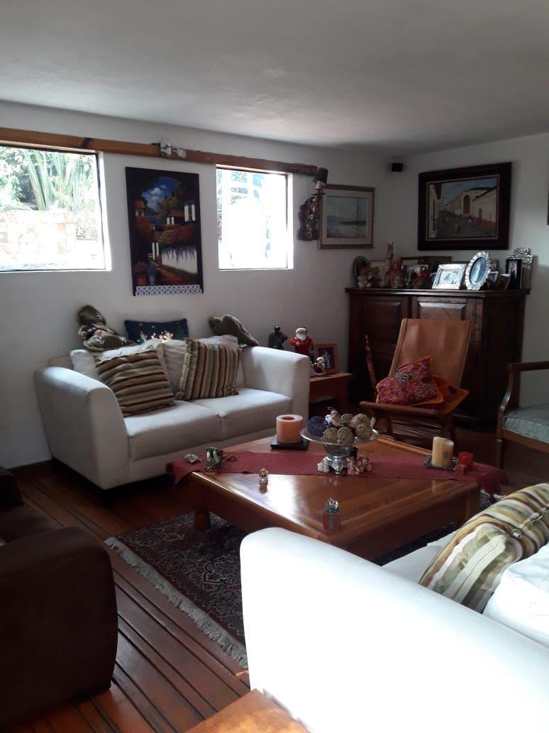 2 de 18: Sala con piso de madera