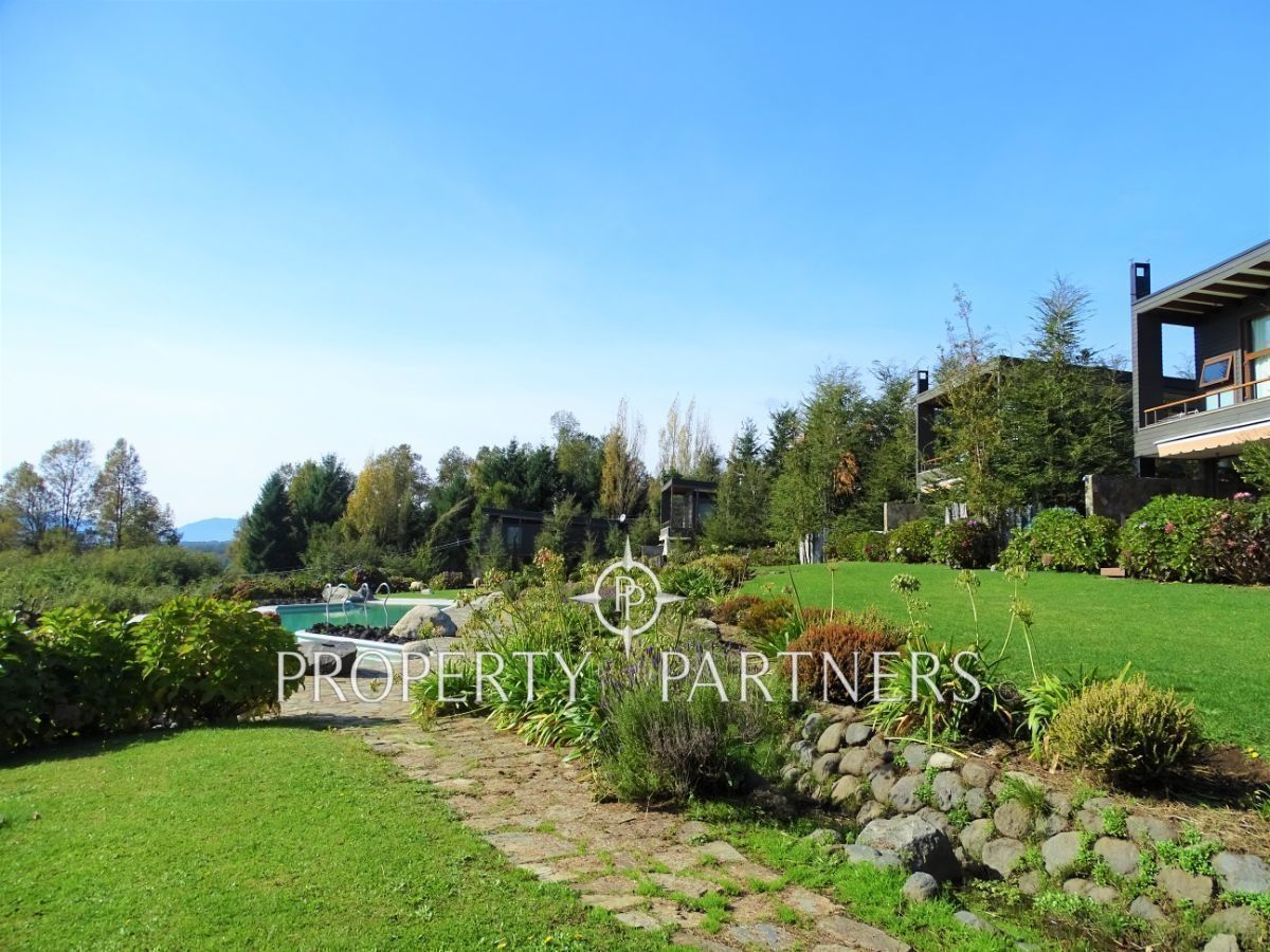 40 de 50: Áreas verdes y piscina  frente a as casas