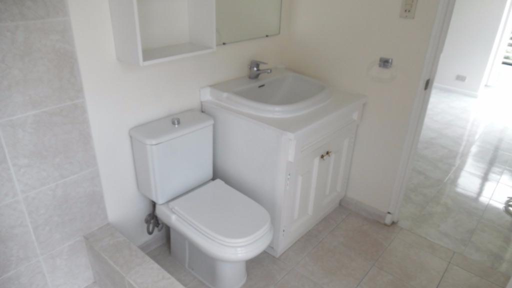 10 de 10: Baño       con mueble y espejos